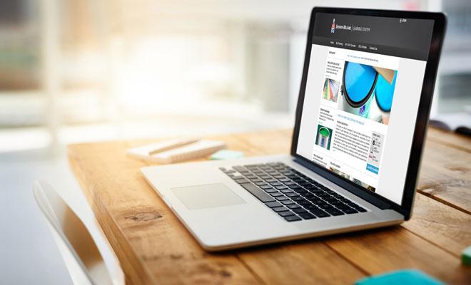 Una computadora portátil sobre un escritorio de madera muestra las opciones de capacitación en línea